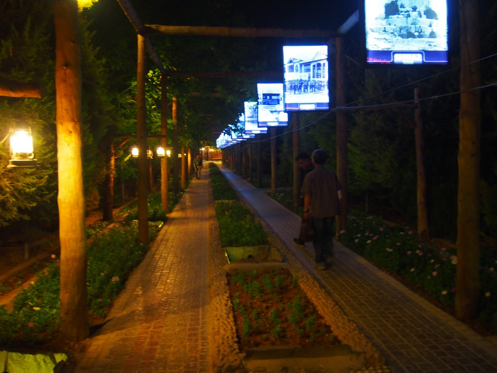 食事と音楽を楽しむレストランの入り口 。広大な庭園に広いホールと個室が沢山。